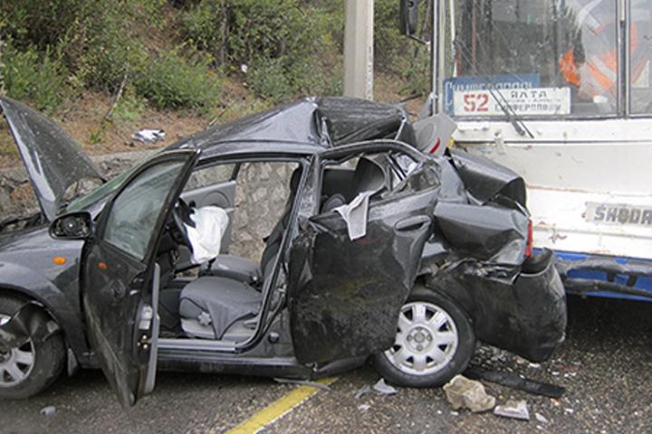 ВДТП вКрыму иностранная машина врезалась вподпорную стену итроллейбус