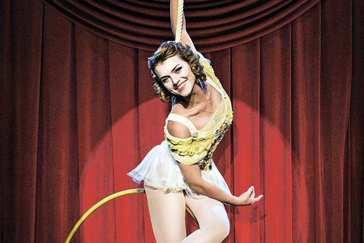 Во время подготовки спектакля артисты-вокалисты активно осваивали азы циркового искусства. Фото: Юрий БОГОМАЗ
