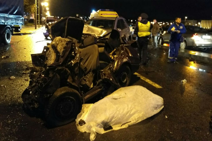 "Водитель ""ВАЗа"" погиб на месте, водителя Mercedes увезли на ""скорой"""