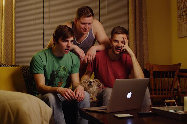 Картина рассказывала о трех парнях, которые провернули краудфандинговую аферу, а полученные деньги потратили на курортах