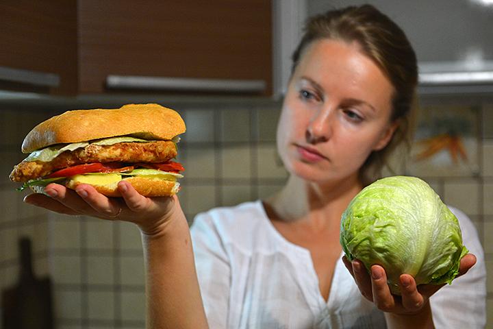 Не стоит бросаться то на высокобелковые диеты, то на вегетарианство, то устраивать обильные застолья, то сидеть на яблоках и кефире