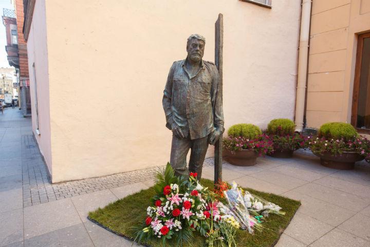 Монумент Довлатову все-таки занял свое место наРубинштейна