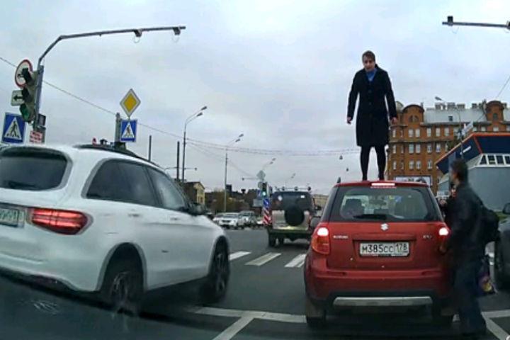 """Странная женщина попала в объективы регистраторов. Фото: """"ДТП И ЧП"""" ВКонтакте"""
