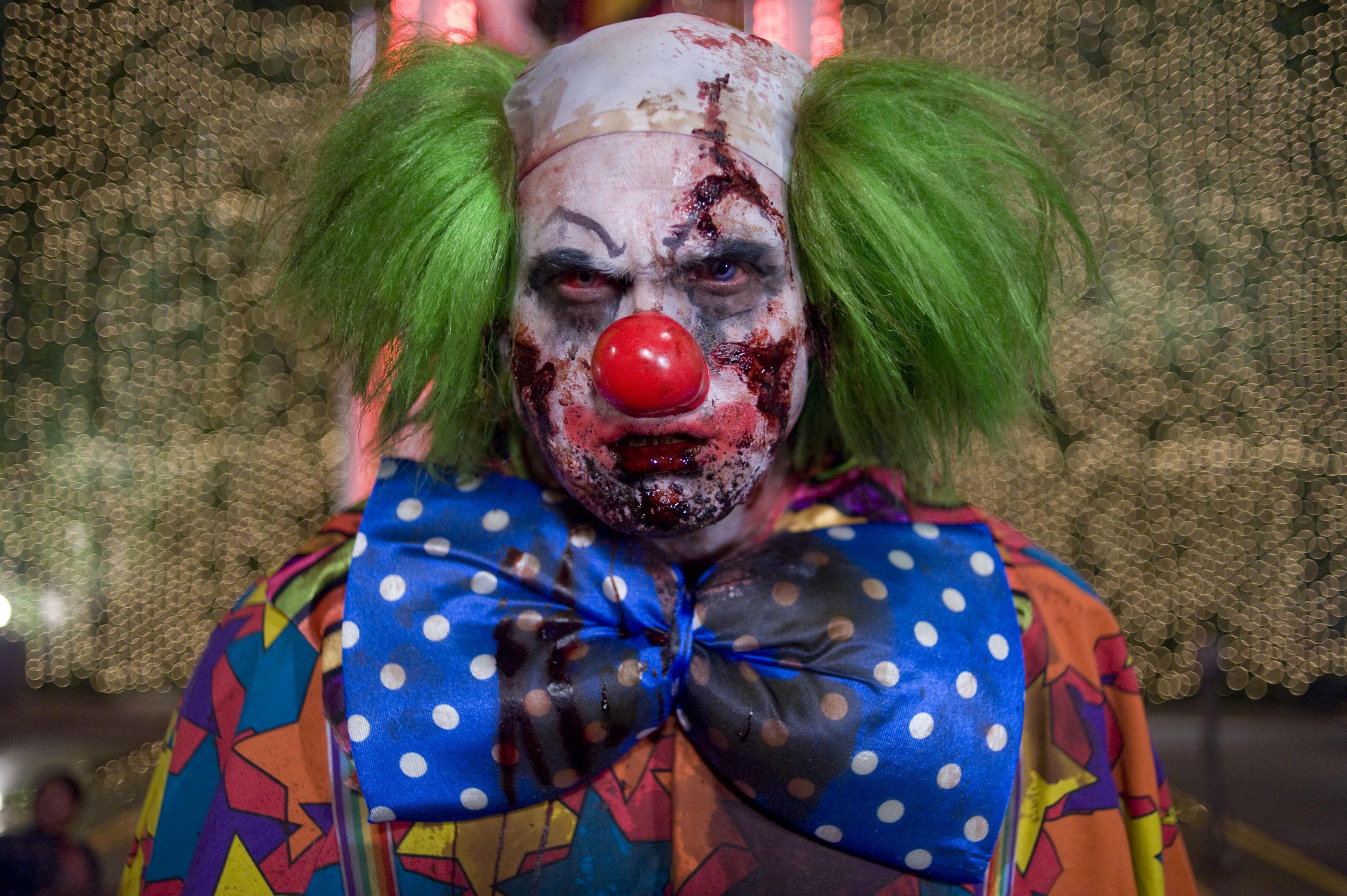Неизвестный вмаске клоуна вШвеции изрезал прохожего ножом