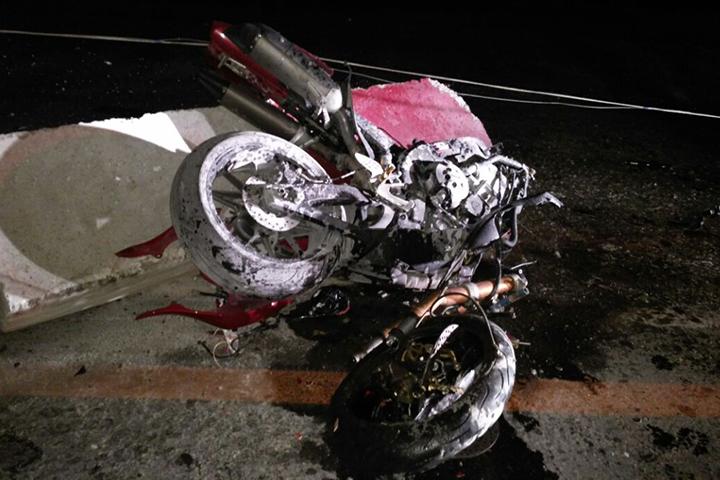 ВНовороссийске мотоциклист наполном ходу врезался вбетонную плиту
