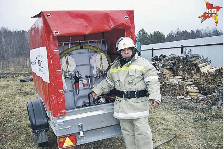 Валерий Иващенко утром трудится в кабинете, а вечером - на пожарах.