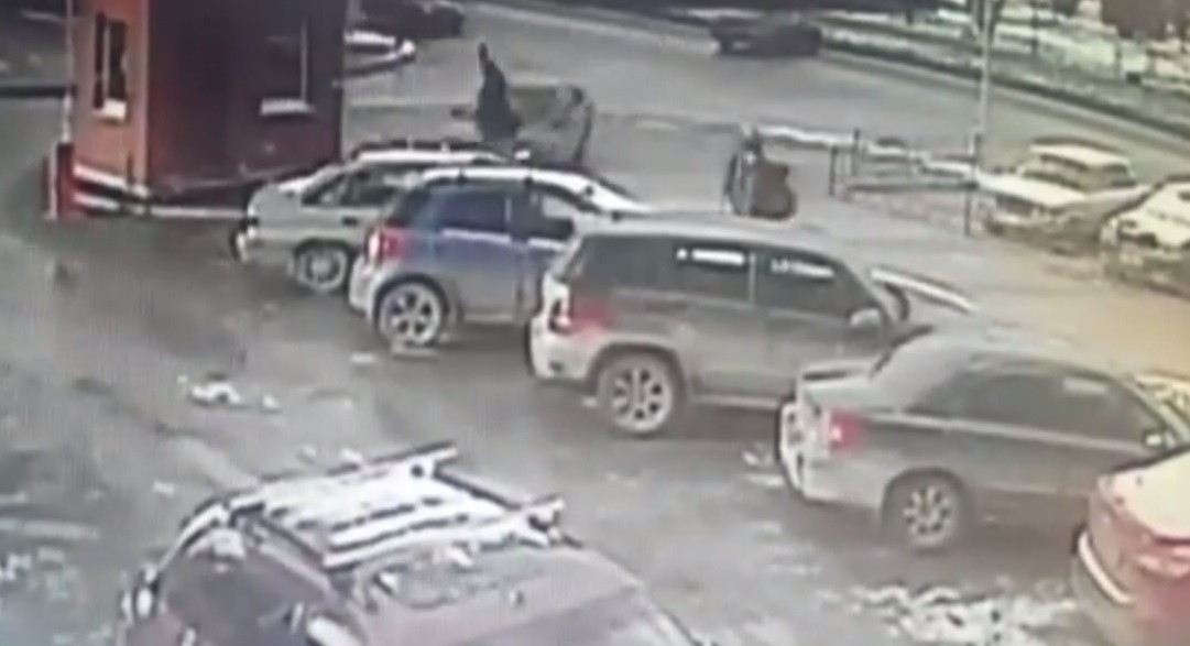 Уходившая отДТП легковушка сбила школьницу натротуаре вЕкатеринбурге