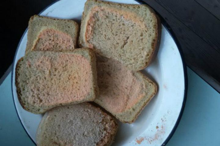 Розовый хлеб может вызвать рвоту иотравление— специалист