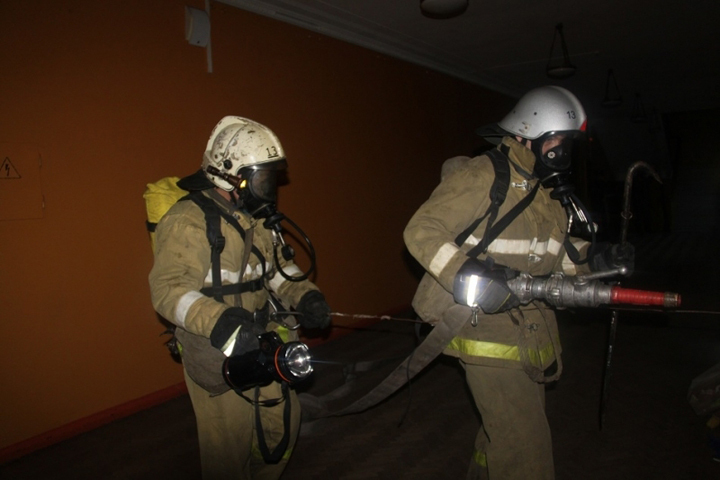 Брянские cотрудники экстренных служб потушили загоревшийся дом вФокинском районе