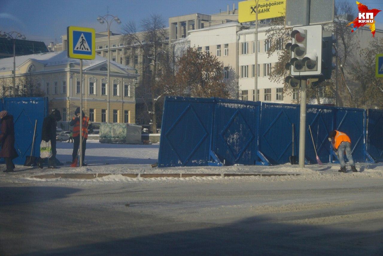 ВЕкатеринбурге сплощади убрали автомобили иначали строить ледовый городок