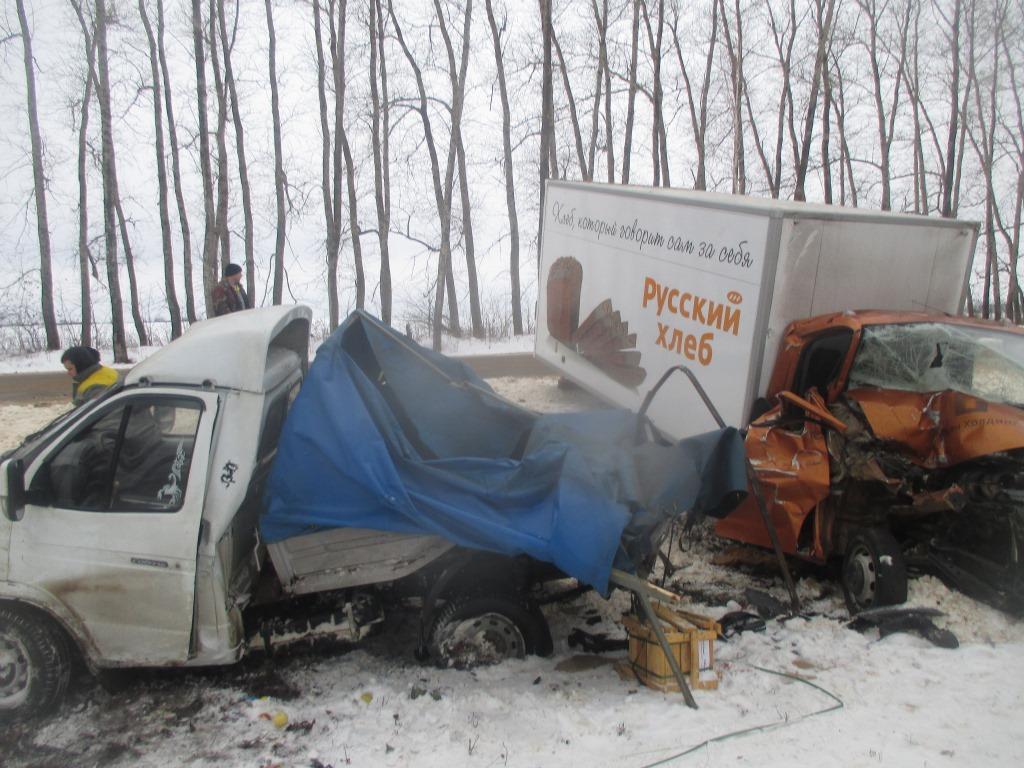 ВТульской области фургон схлебом врезался встоявшую «Газель»