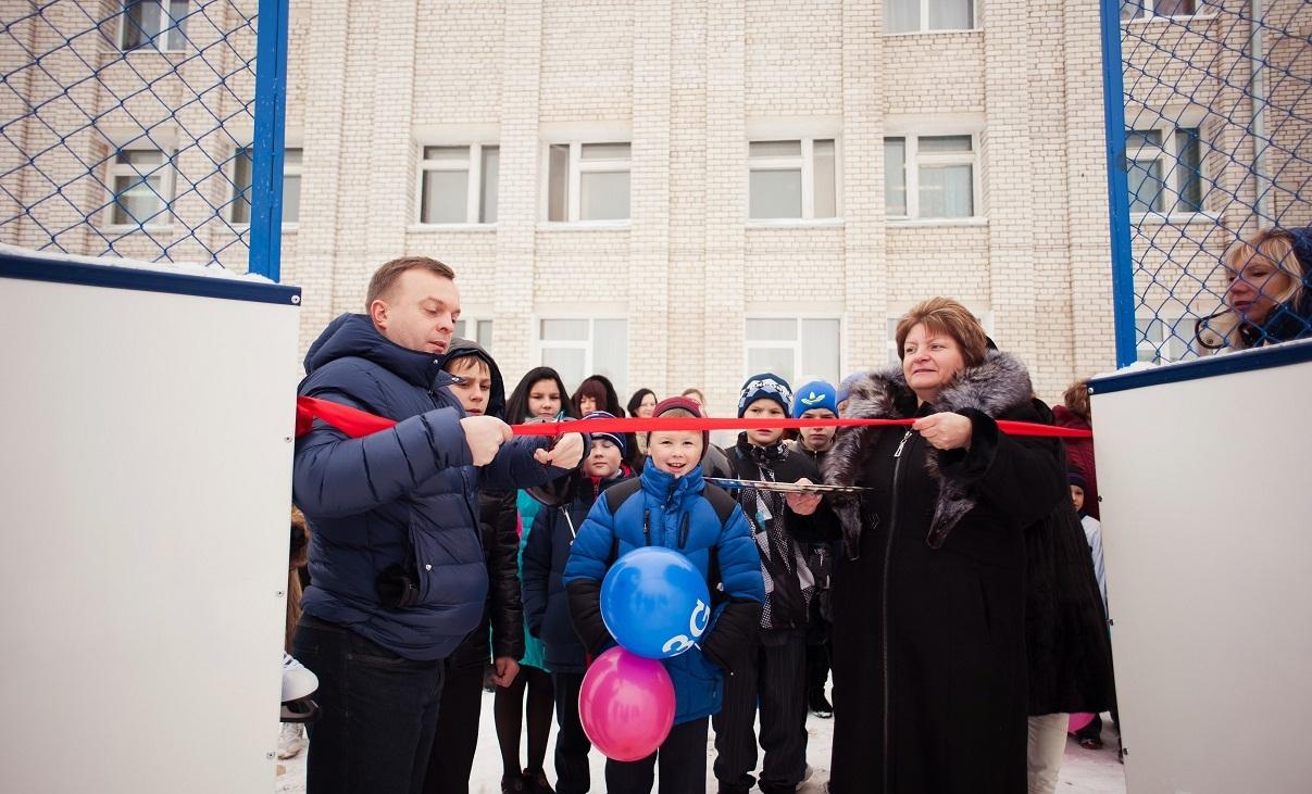 Tele2 подарила хоккейную площадку детям из Торжка.