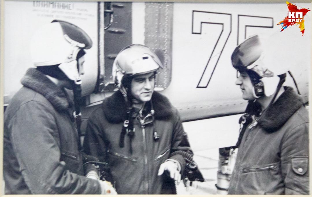 Сокурсники и сослуживцы уважали Карвата (в центре) - он был профессионалом своего дела.