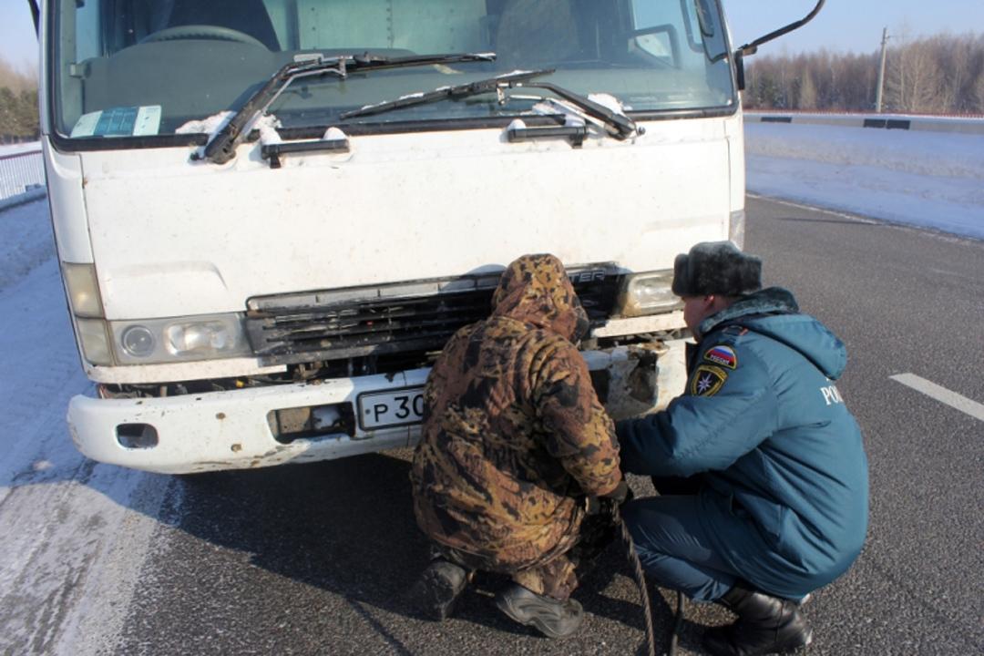 Cотрудники экстренных служб помогли шоферу заглохшего грузового автомобиля добраться доБарнаула