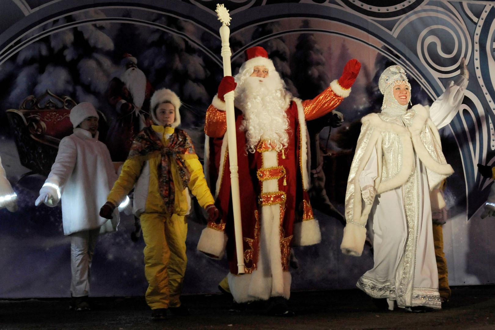 Не только волшебник дарит подарки - дети за это время вручили ему более 1 000 рисунков. Фото: пресс-служба омской мэрии