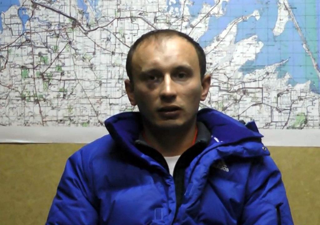 На видео Александр Баранов признается, что совершил госизмену. Кадр с оперативного видео.