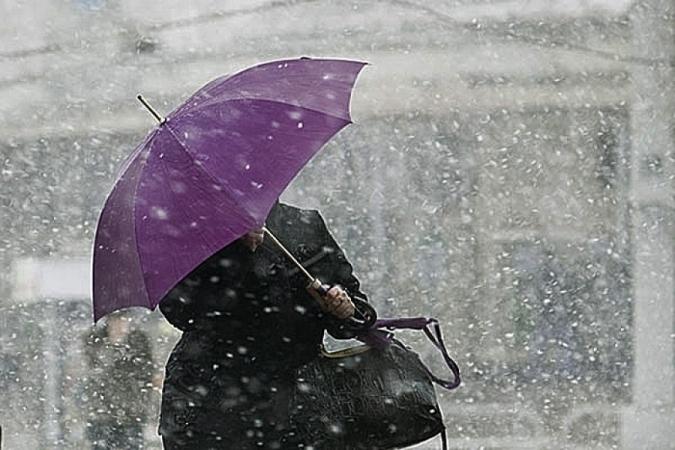 Осильном снегопаде игололедице в российской столице предупредили вМЧС
