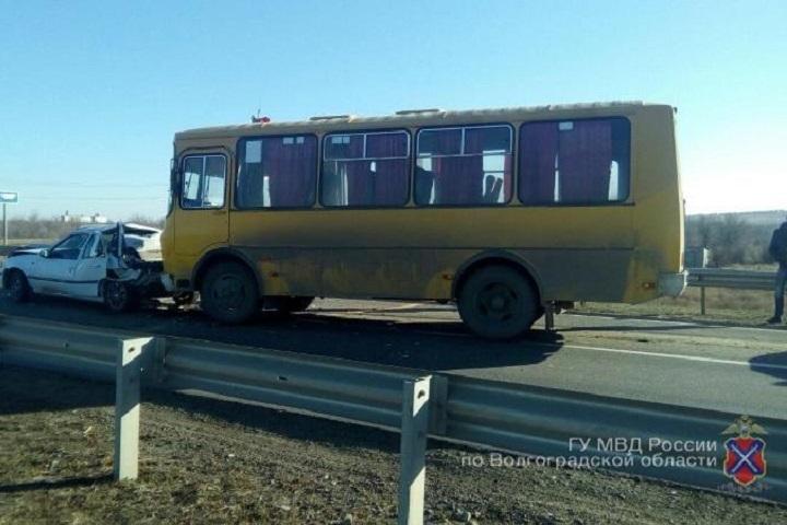 Автобус столкнулся с 2-мя легковыми автомобилями вВолгоградской области