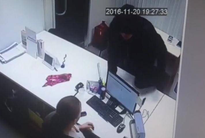 ВРузаевке неизвестный сножом ограбил кабинет микрозаймов