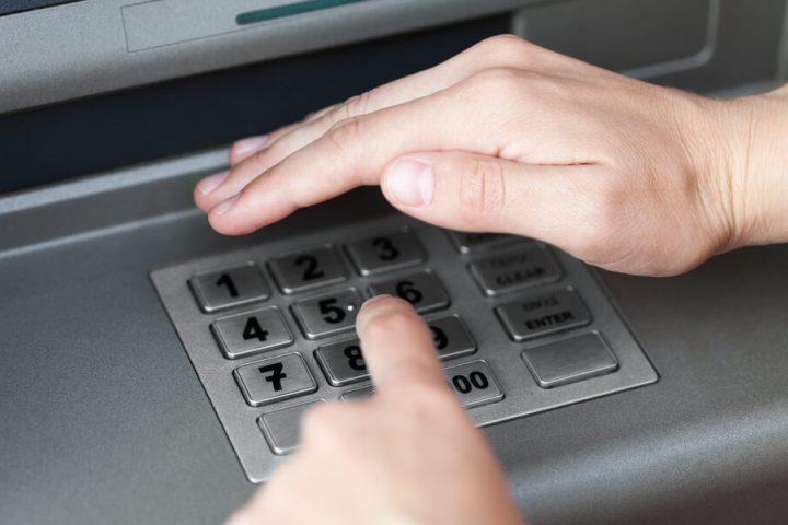 Даже обращение с банкоматом требует известных мер предосторожности.