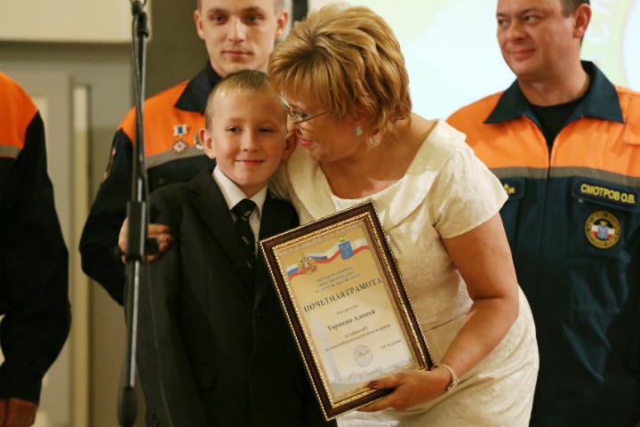 Саратовский школьник получил грамоту и медаль за спасение друга.