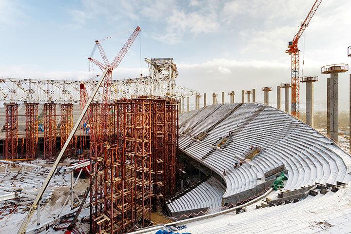 ВНижнем каркас крыши стадиона наСтрелке собрали на30%