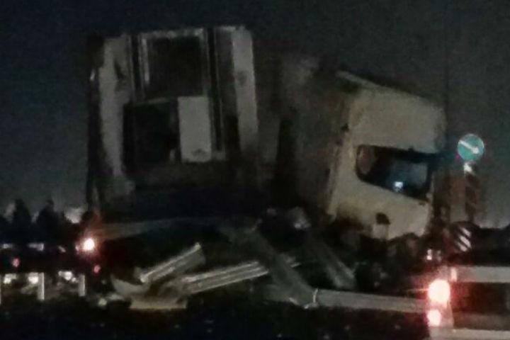 Наворонежской трассе столкнулись две фуры: один погибший, двое раненых