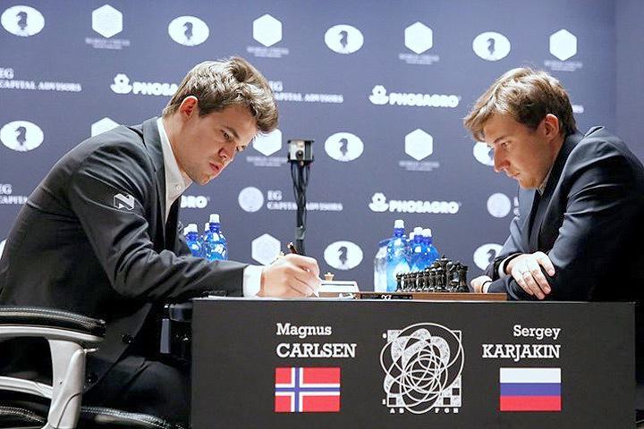 Россиянину Сергею Карякину и норвежцу Магнусу Карлсену осталось сыграть одну партию в чемпионате мира по шахматам.