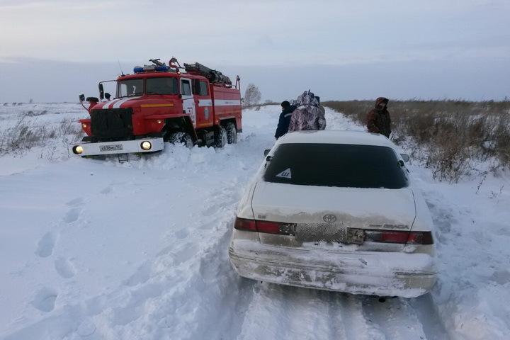 Сибиряков из «снежного плена» вытягивали пожарные машины. Фото: предоставлено ГУ МЧС по Новоисбирской области