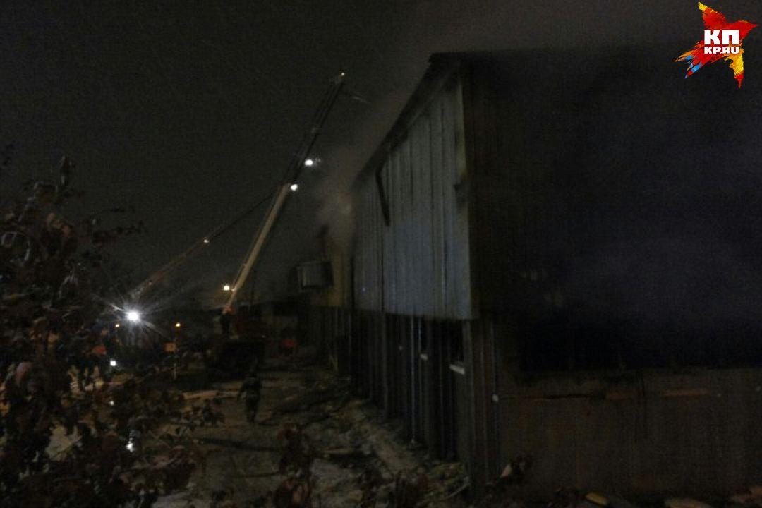 Площадь пожара составила 4000 кв. м. Его тушили с 4 дня до глубокой ночи.