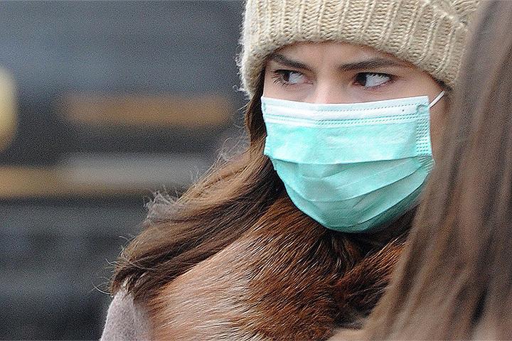 От вирусов могут защитить эфирные масла, которые можно нанести на платок и время от времени вдыхать их пары.