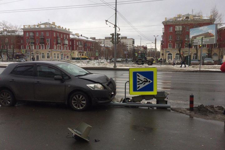 ВЧелябинске джип сбил светофор иженщину
