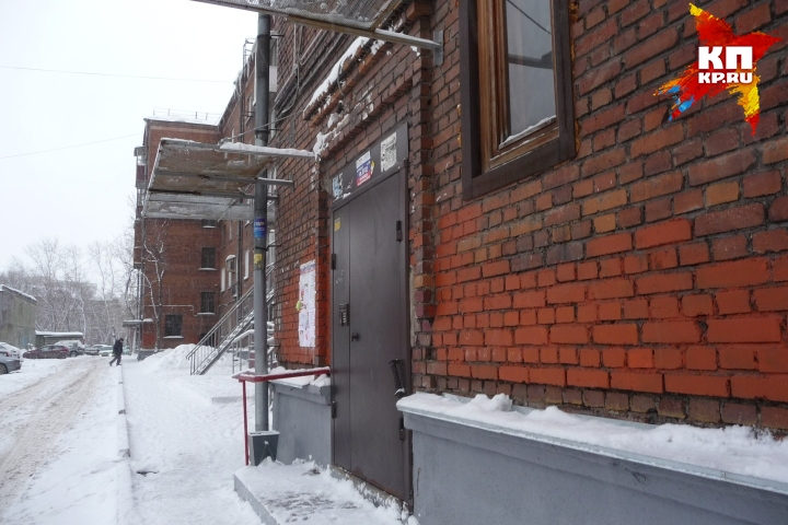 Снежная масса разбила козырек, защищавший вход в подъезд