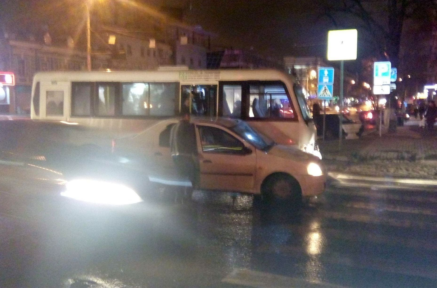 Вцентре Ростова легковой автомобиль протаранил маршрутку, пассажиры вылезали через окно