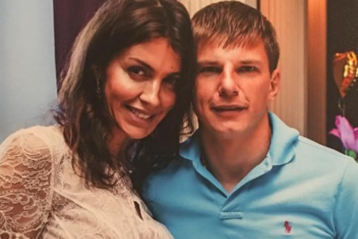 Беременная супруга Аршавина выложила фото вбикини
