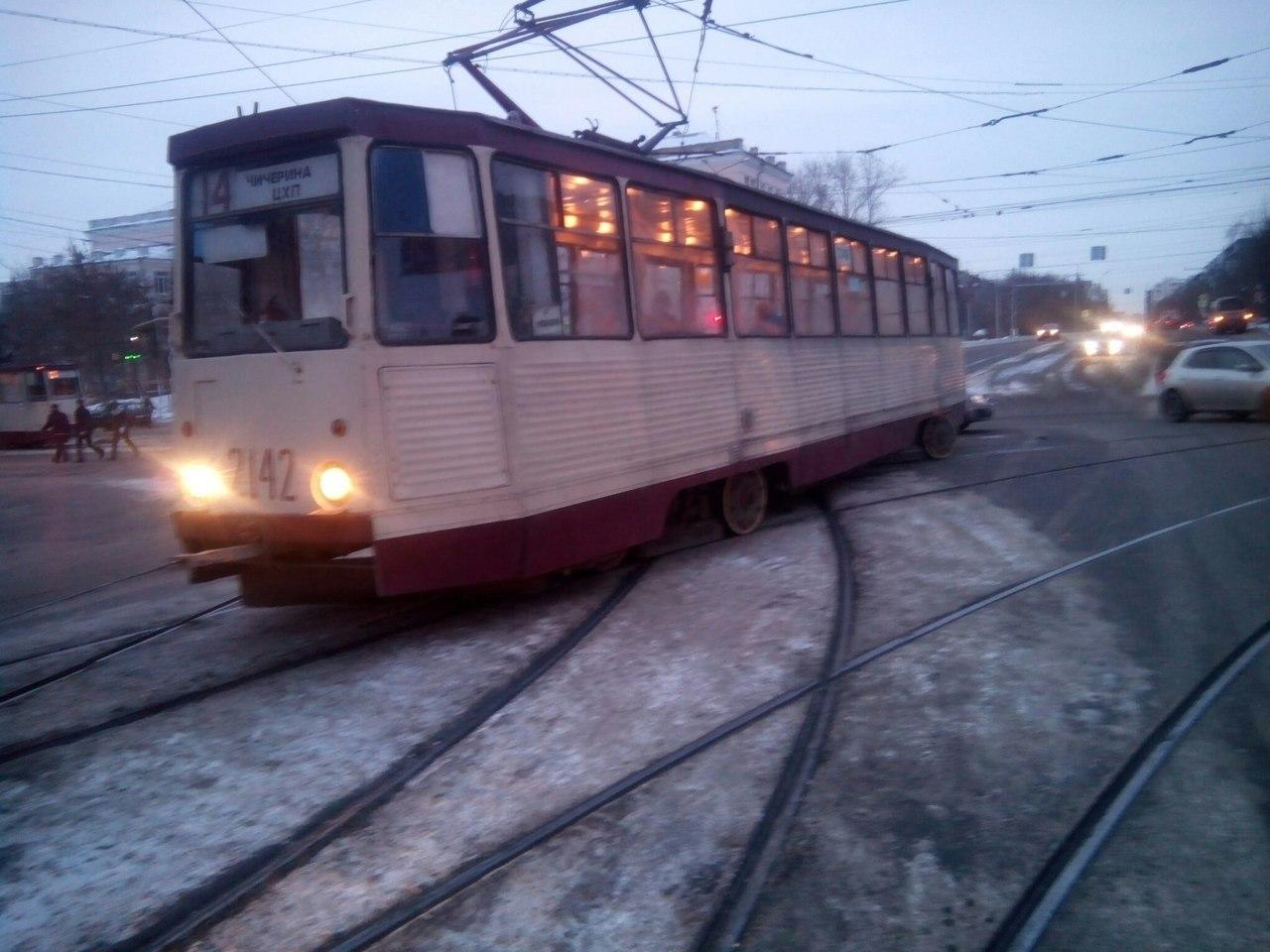Трамвай сошел спутей ипарализовал движение