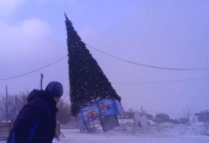 Размещено видео, как городская новогодняя елка падает вМариинске