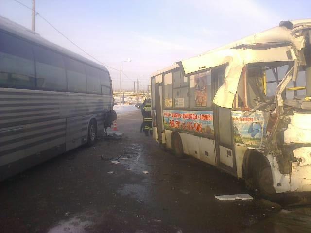 Восемь человек получили травмы при столкновении маршрутки иавтобуса вЯрославле
