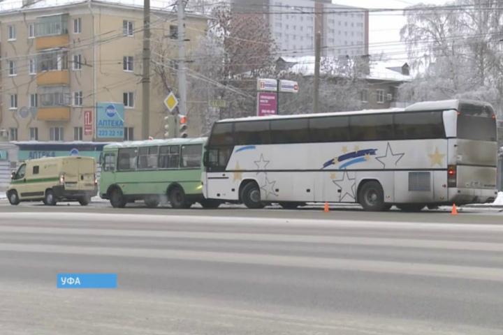 ВУфе столкнулись два автобуса иинкассаторская машина