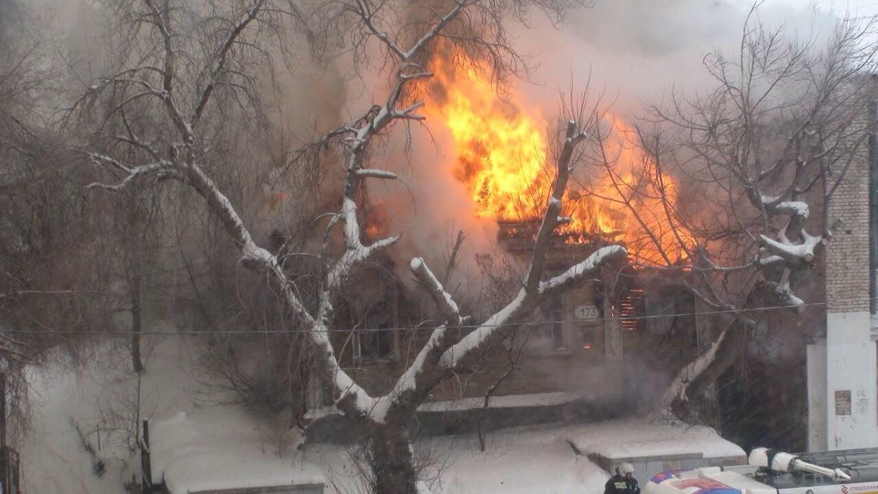 Деревянный дом напротив драмтеатра вСамаре тушили 55 человек