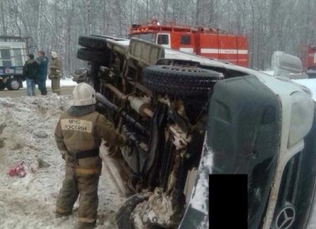 Натрассе под Тулой перевернулся микроавтобус Mercedes: четверо пострадали