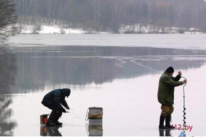 Пожарные спасли провалившегося под лед рыбака вОстровецком районе