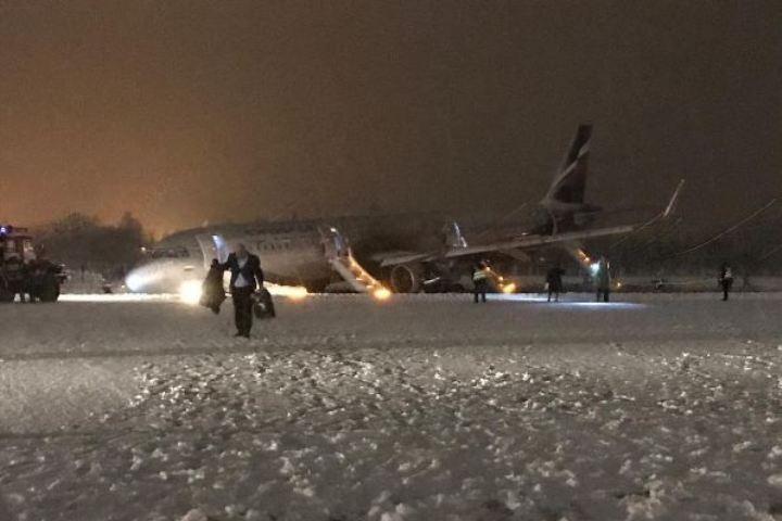 Птичкопад мог продолжится: Калининградский аэропорт не могут открыть из-за отсутствия техники для эвакуации аварийного A321.Видео