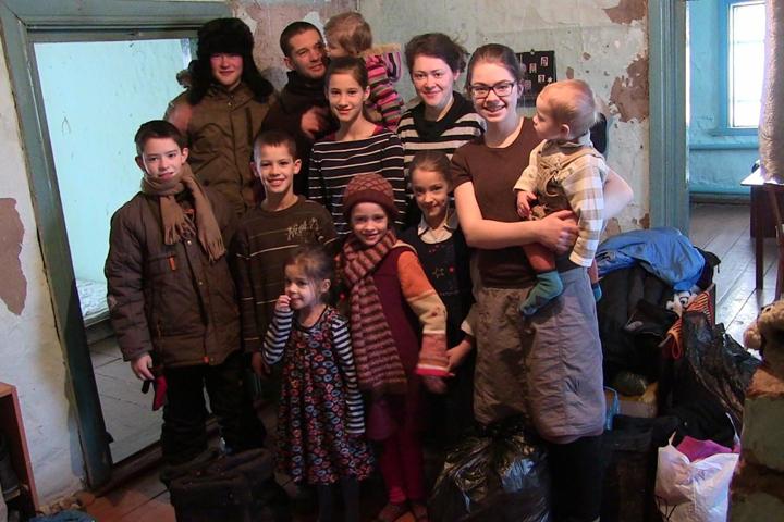 Многодетная семья поселилась в полузаброшенном четырехкомнатном доме. Фото: Ростислав АЛИЕВ/газета «Правда Севера»
