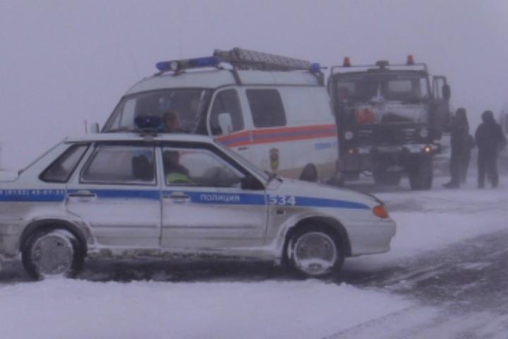 Двое северян вшутку проинформировали спасателям, что замерзают надороге всугробе