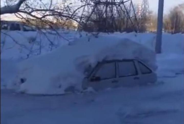 ВПервоуральске назатопленных заводом дорогах машины вмёрзли влёд