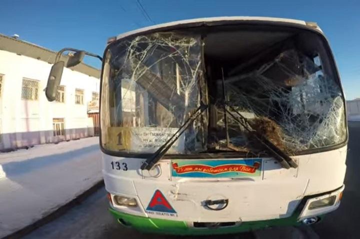 ВТюмени автобус влетел втелегу ссеном