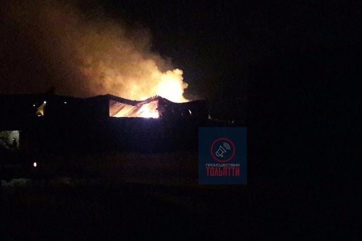 Сильный пожар вспыхнул после взрыва наскладах вТольятти