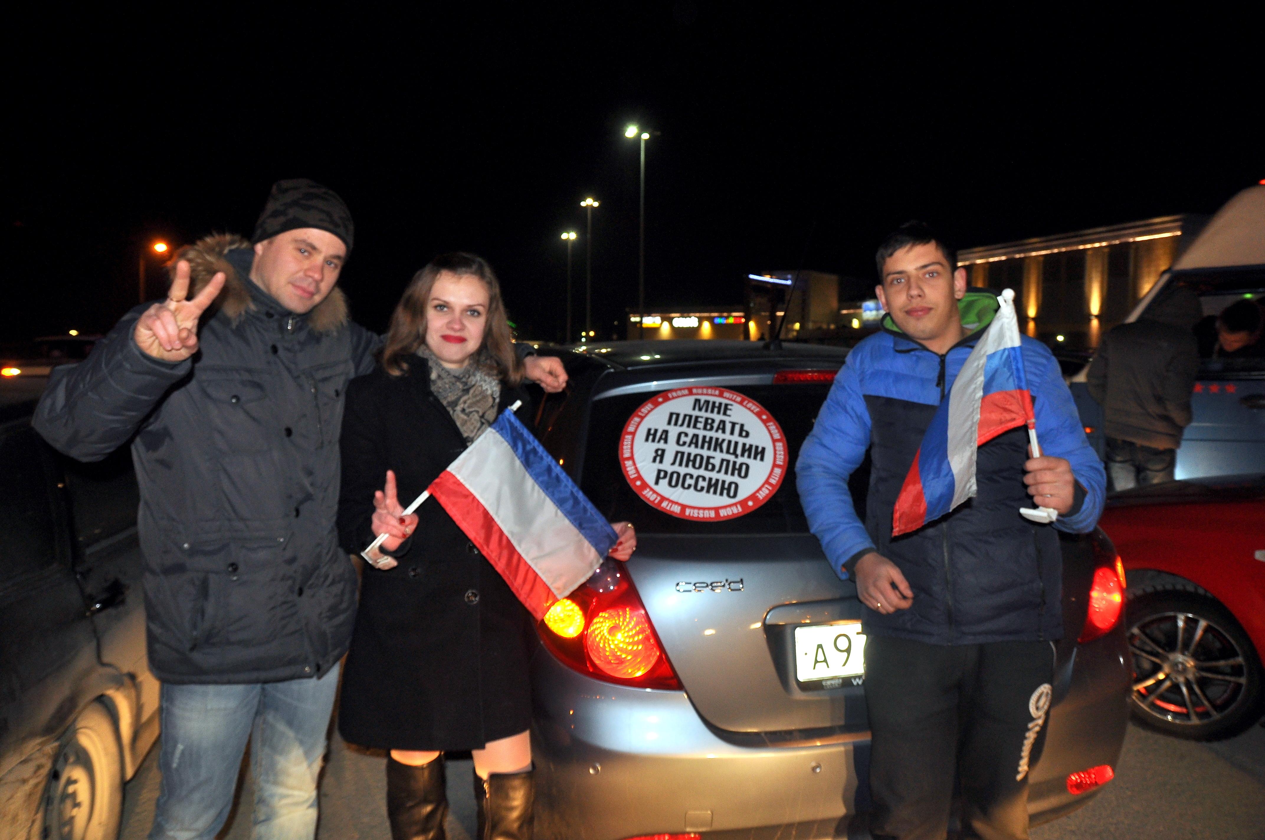 Неменее 200 авто выстроили ввиде контура Крыма вдень республики