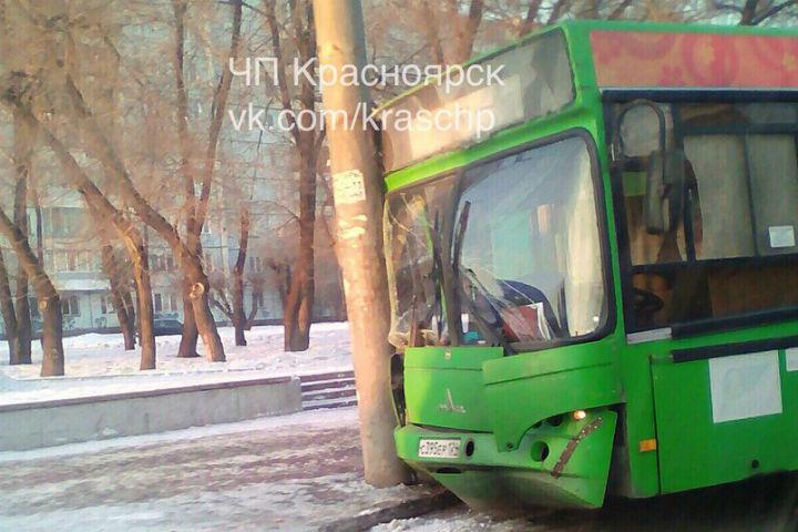 Маршрутка въехала встолб, пострадали два пассажира— Красноярск